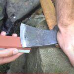 como afilar un hacha con piedra